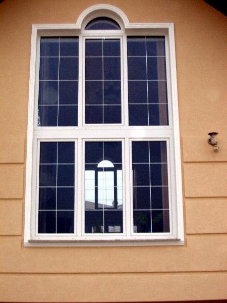 Ablak üveg közötti álosztóval
