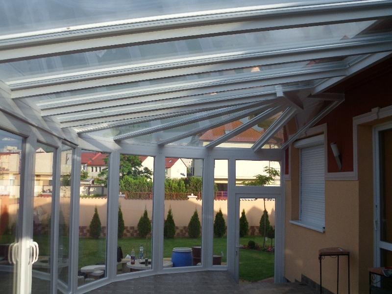 Télikert alakos tető